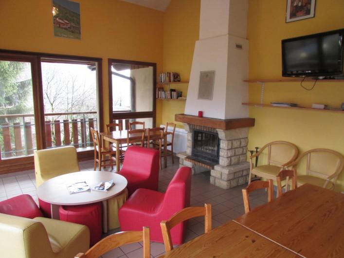 Location de vacances - Chalet à Saint-Georges-d'Hurtières - salon avec cheminée et TV