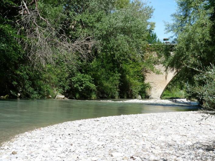 Location de vacances - Gîte à Mollans-sur-Ouvèze - La rivière au fond du jardin