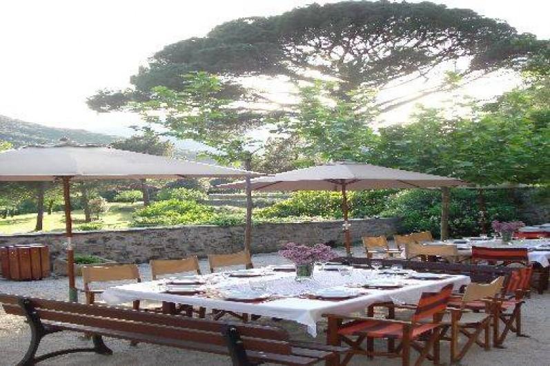 Location de vacances - Gîte à Vieussan - terrasse extérieure du grand gîte pour des repas en famille et entre amis