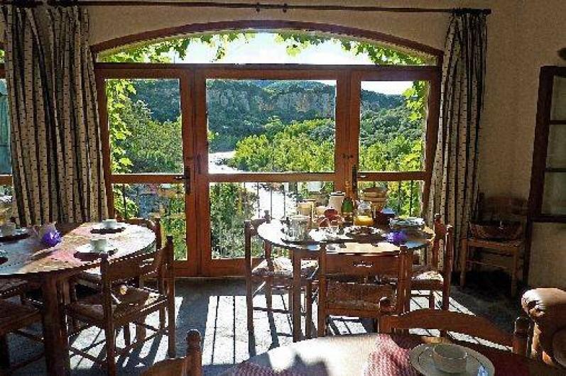 Location de vacances - Gîte à Vieussan - salle panoramique avec vue magnifique sur la belle nature du parc naturel