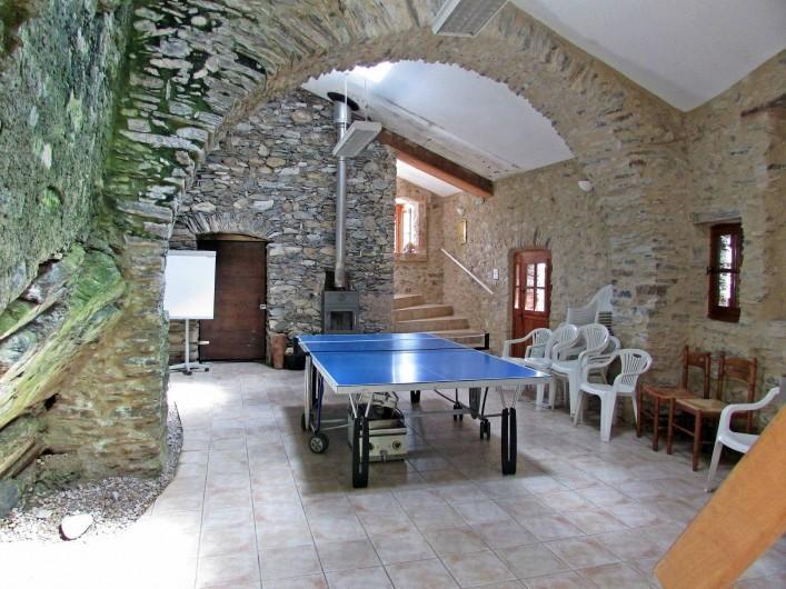 Location de vacances - Gîte à Vieussan - grande salle de ping-pong pour le plaisir des petits et grands du grand gîte