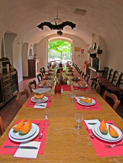 Location de vacances - Gîte à Vieussan - salle à manger avec piano à queue du grand gîte du Domaine de Miravel