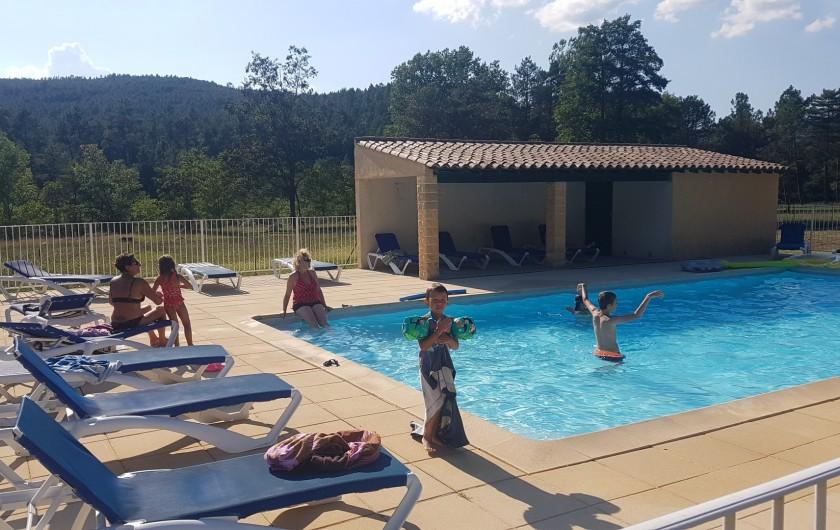 Location de vacances - Gîte à Gagnières - La piscine  partagée