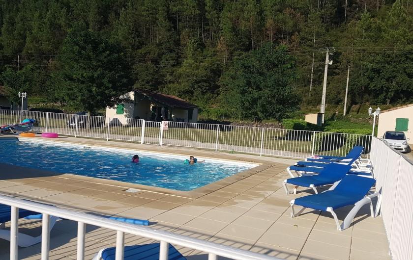 Location de vacances - Gîte à Gagnières - La piscine avec plage de 100 m2