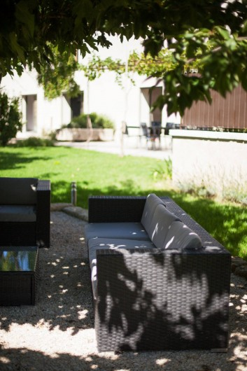 Location de vacances - Mas à Barbentane - Le salon de jardin,  est à l'ombre d'un mûrier platane durant toute la journée