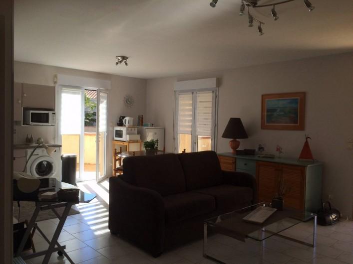 Location de vacances - Villa à Frontignan -  Grande pièce à vivre spacieuse,bien éclairée donnant  sur les deux terrasses.
