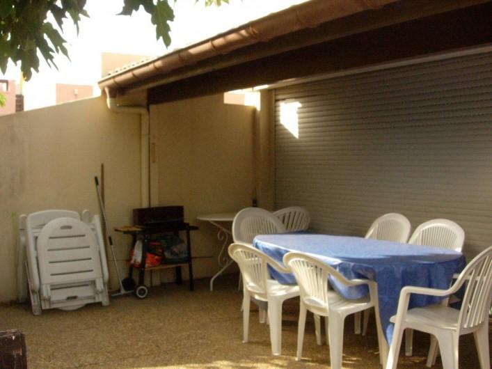 Location de vacances - Appartement à Le Cap d'Agde - Extérieur,  sous l'abri table et chaises + petit barbecue