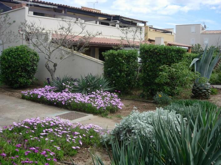 Location de vacances - Appartement à Le Cap d'Agde - Appart en RDC au 1er plan derrière le muret et la haie.