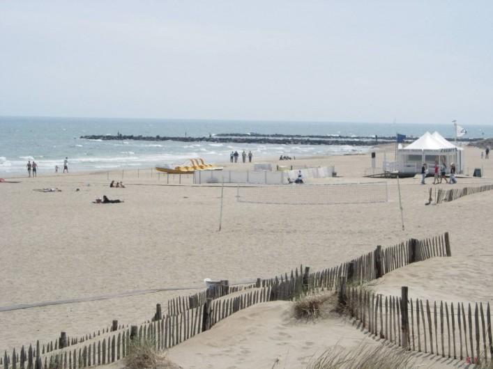 Location de vacances - Appartement à Le Cap d'Agde - Vu partielle plage de la Roquille . Restaux. en bordure. Poste de surveillance