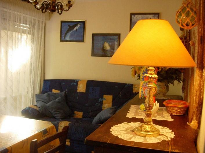 Location de vacances - Appartement à Le Cap d'Agde - Vu coin salon  / salle à manger intérieure.