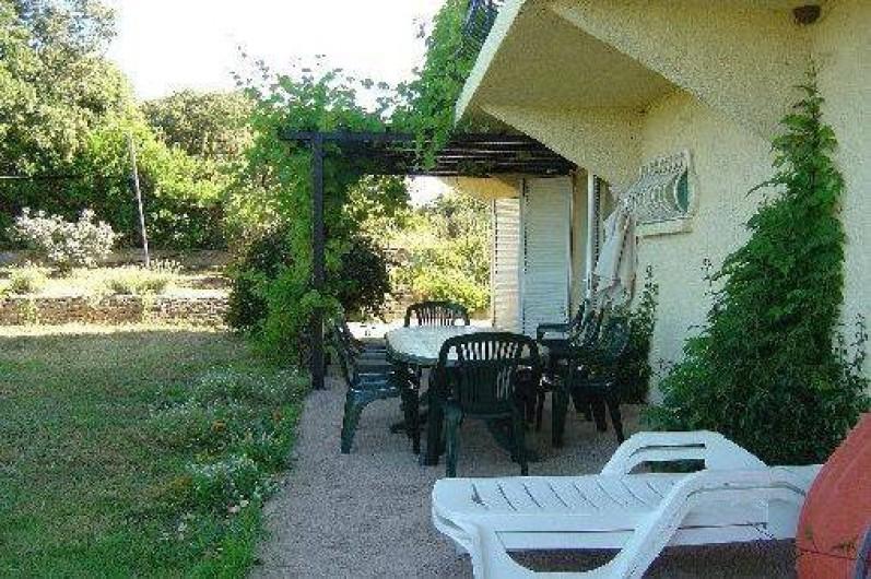 Location de vacances - Appartement à Cargèse - Pergolas et salon de jardin du RDC