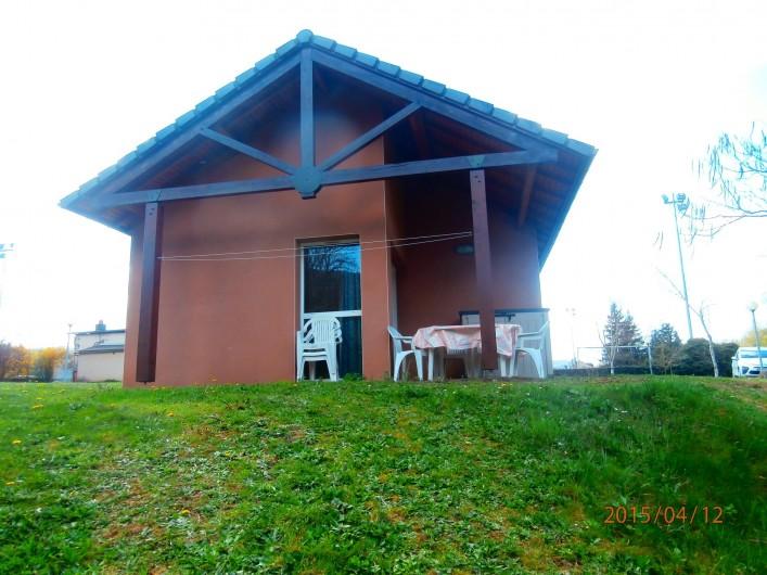 Location de vacances - Chalet à Saint-Geniez-d'Olt - Vue générale avec la terrasse