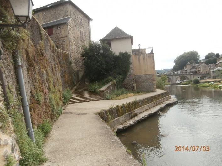 Location de vacances - Chalet à Saint-Geniez-d'Olt - Accès au centre ville en longeant le Lot