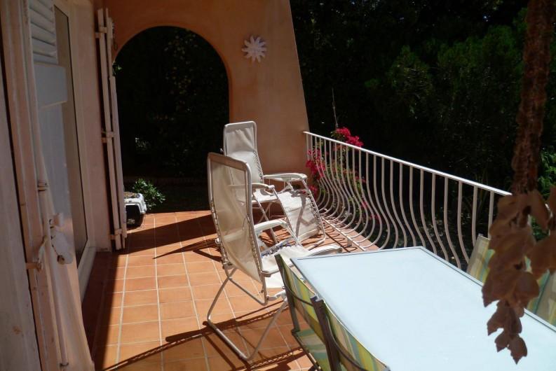 Location de vacances - Appartement à Cavalaire-sur-Mer - Vue d'ensemble de la terrasse