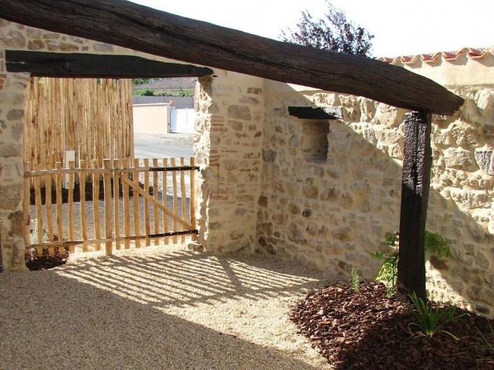 Location de vacances - Gîte à Les Clouzeaux - Patio avec barbecue et table de jardin