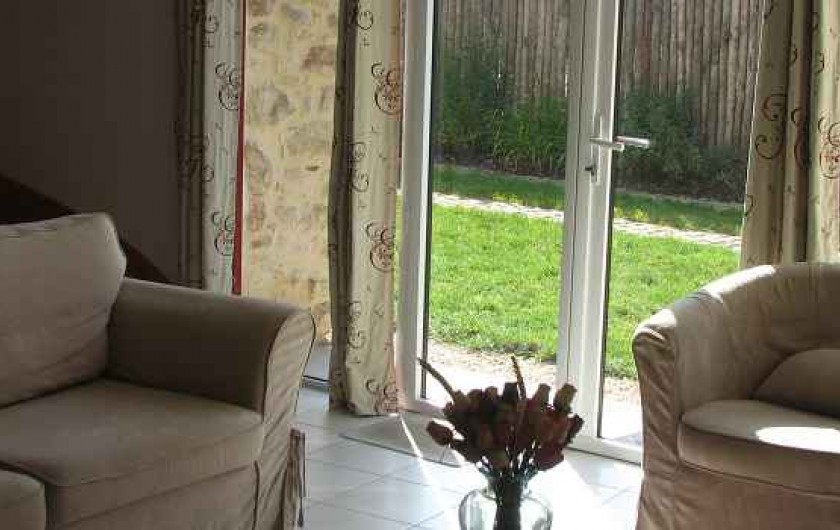 Location de vacances - Gîte à Les Clouzeaux - Salon avec accès vers le jardin