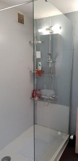 Location de vacances - Villa à Porto-Vecchio - Douche à l'italienne lavabo, sèche serviette