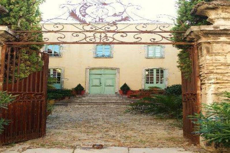 Location de vacances - Château - Manoir à Bourg-Saint-Andéol - cour d'honneur