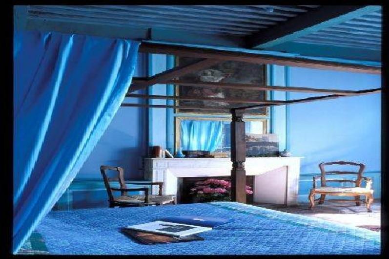 """Location de vacances - Château - Manoir à Bourg-Saint-Andéol - chambre  """"ma rencontre avec George Sand"""" lit double a baldaquin et vue sur rhône"""