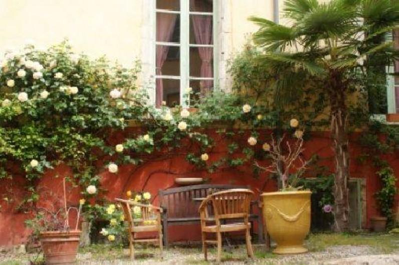 Location de vacances - Château - Manoir à Bourg-Saint-Andéol - cour interieure avec mobilier de jardin
