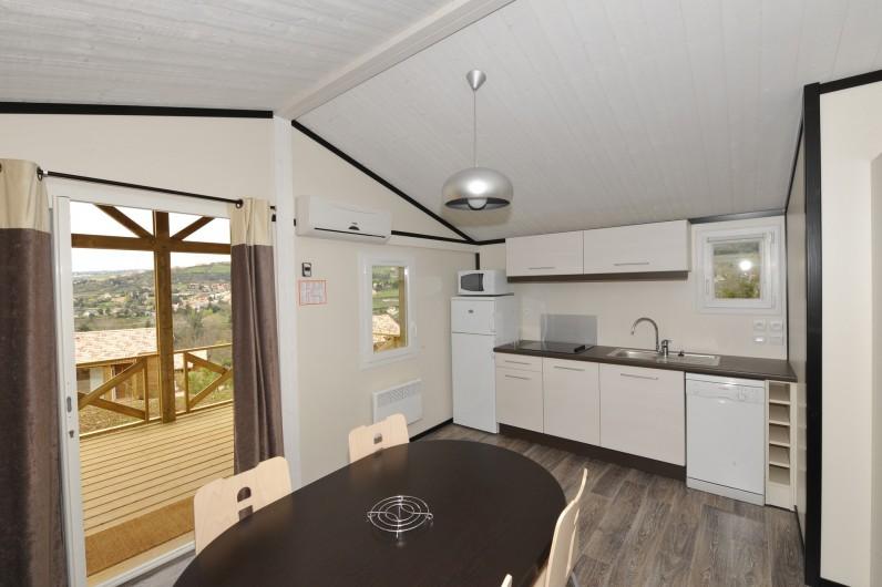Location de vacances - Bungalow - Mobilhome à Millau - Chalet du Causse (cuisine, séjour, terrasse)