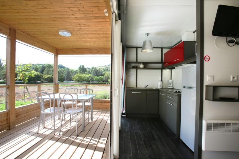 Location de vacances - Bungalow - Mobilhome à Millau - Chalet du Tarn (cuisine, séjour et terrasse)