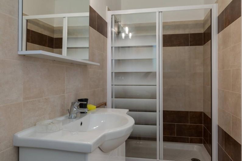 Location de vacances - Villa à Argilliers - salle de douche parentale