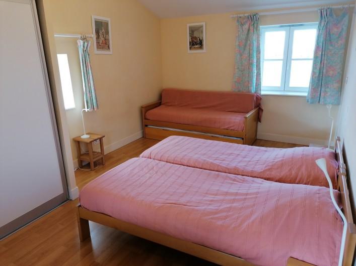 """Location de vacances - Gîte à Pomeys - La chambre """"Monts du Lyonnais"""" 2 lits 1 couchage et un lit gigogne 2 couchages."""