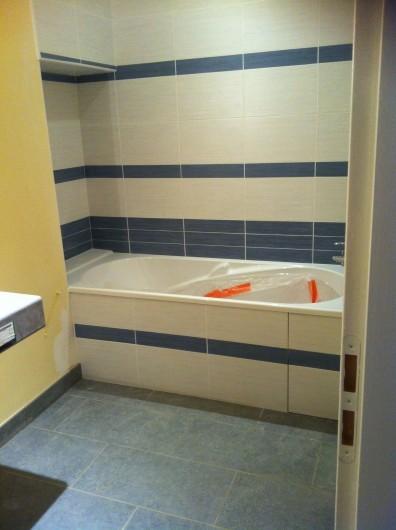 Location de vacances - Gîte à Pomeys - La baignoire de de cette chambre avec sèche serviettes.