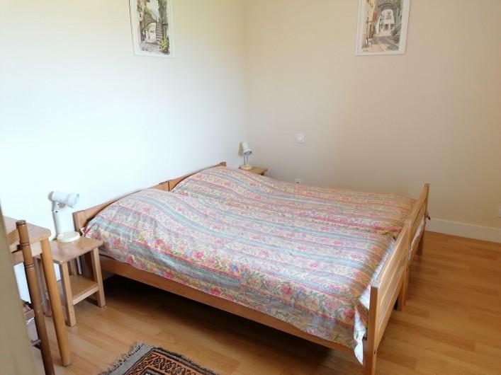 """Location de vacances - Gîte à Pomeys - La chambre des """"Monts du Forez"""" avec 2 lits à 1 couchage."""