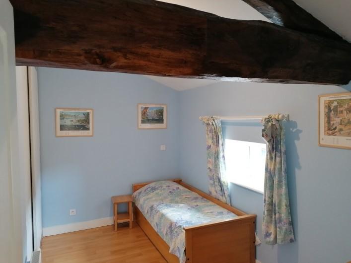 """Location de vacances - Gîte à Pomeys - La chambre du """"Levant"""" avec 1 lit gigogne 2 couchages."""