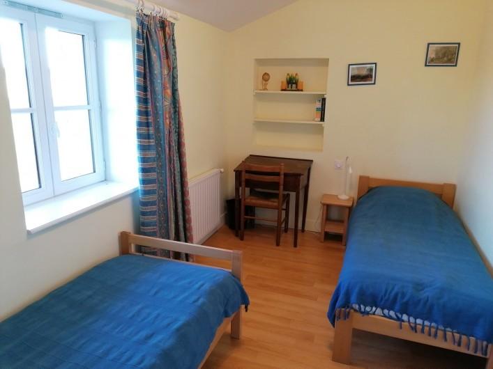 Location de vacances - Gîte à Pomeys - La chambre du couchant avec 2 lits 1 couchage.