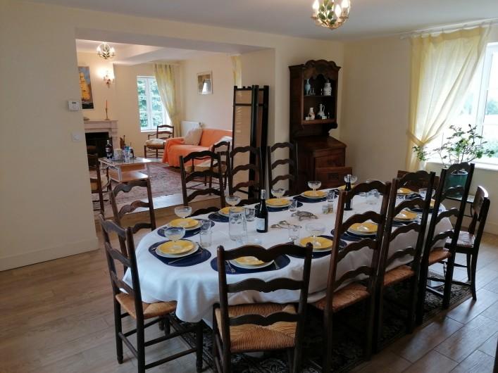 Location de vacances - Gîte à Pomeys - La salle à manger avec la table dressée 12 couverts éventuellement extensible