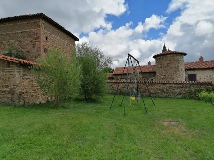 Location de vacances - Gîte à Pomeys - Le portique dans le jardin avec des framboisiers à votre disposition.