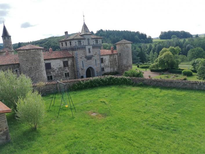 Location de vacances - Gîte à Pomeys - Vue sur le château du XIV° siècle ouvert à la visite l'été.
