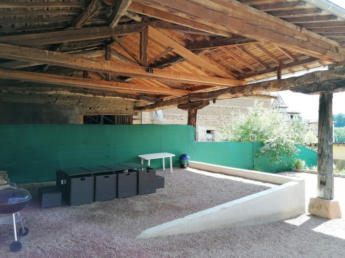 Location de vacances - Gîte à Pomeys - Le chapi dans la cour avec son mobilier de jardin.
