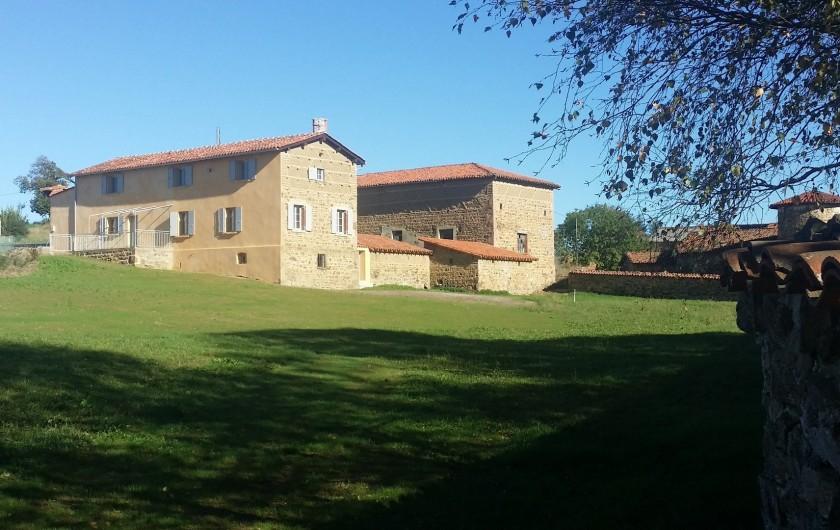Location de vacances - Gîte à Pomeys - Vue d'ensemble de la ferme et son grand jardin privatif de 1800m2  clos.