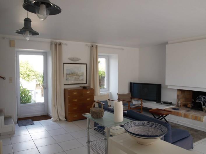 Location de vacances - Villa à Larmor-Baden - séjour - vue côté cour