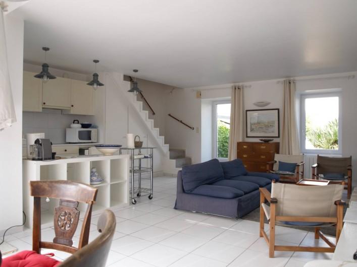 Location de vacances - Villa à Larmor-Baden - séjour vue du coin repas