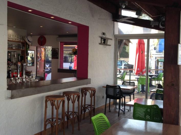 Location de vacances - Bungalow - Mobilhome à Salavas - espace bar avec terrasse couverte