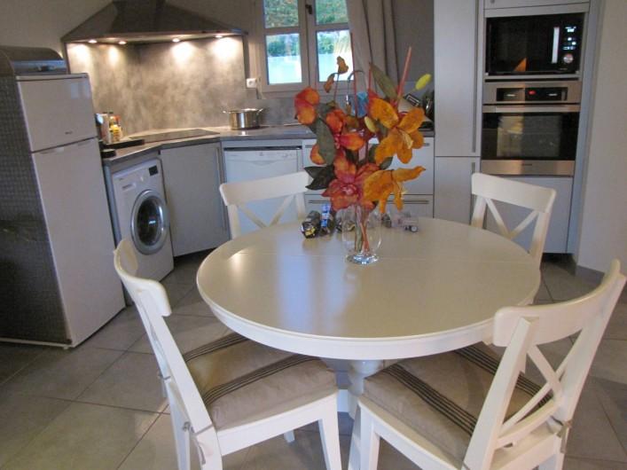 Location de vacances - Appartement à Saint-Cyr-sur-Mer - Cuisine américaine et coin à manger pour 4 personnes