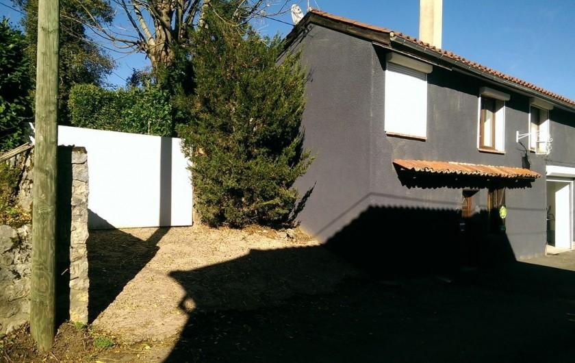 Location de vacances - Appartement à Sengouagnet - Façade de la maison avec garage