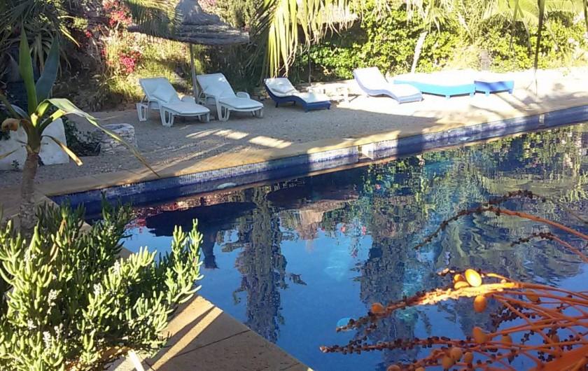 Location de vacances - Villa à Essaouira - 10 transats nettoyés chaque matin vous accueillent au bord d une piscine bleue