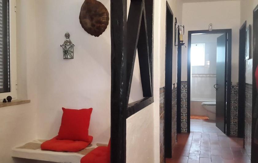 Location de vacances - Villa à Albufeira - Hall de l'entrée principale et couloir des chambres avec deux salle de bain