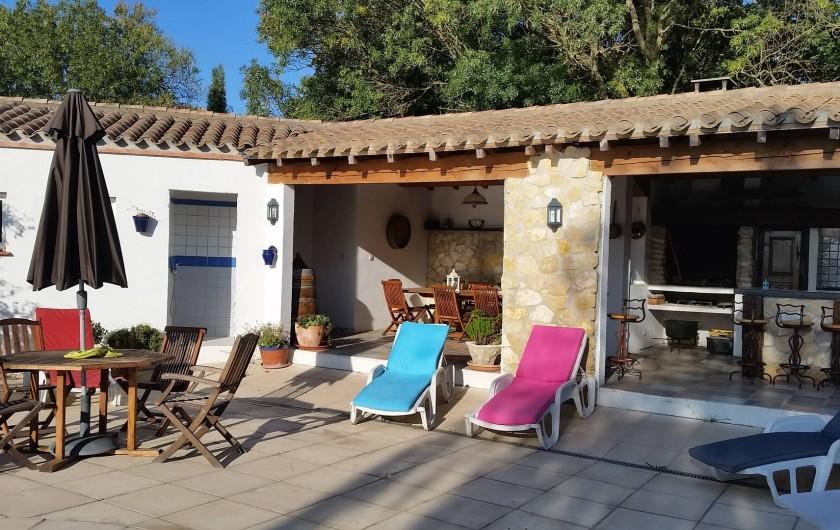 Location de vacances - Villa à Malves-en-Minervois - La cuisine d'été , transat , table ronde ,....