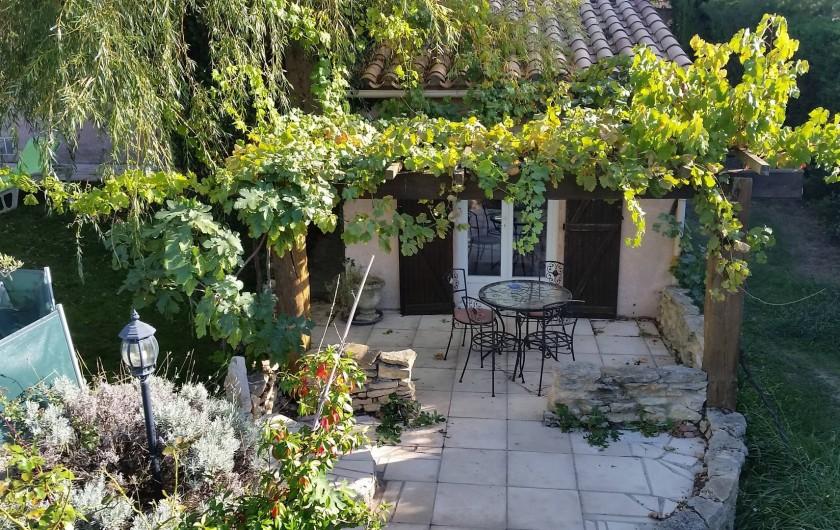 Location de vacances - Villa à Malves-en-Minervois - La terrasse de la chambre  avec entrée privative,  calme et  fraîcheur .......