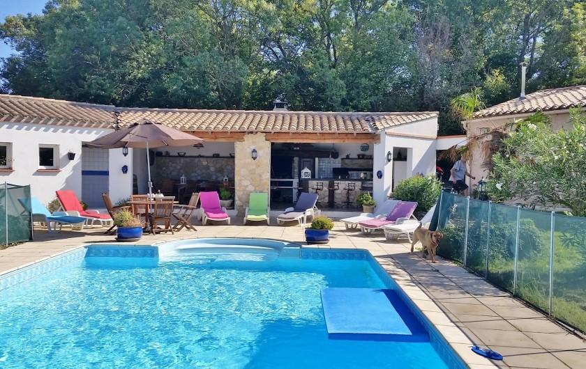 """Location de vacances - Villa à Malves-en-Minervois - Vue d'ensemble de la piscine et de la cuisine d'été. Un """"coin magique""""......."""