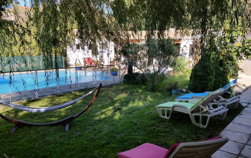 Location de vacances - Villa à Malves-en-Minervois - Farniente au bord de la piscine , sous le saule-pleureur ......hamac ,transat ..
