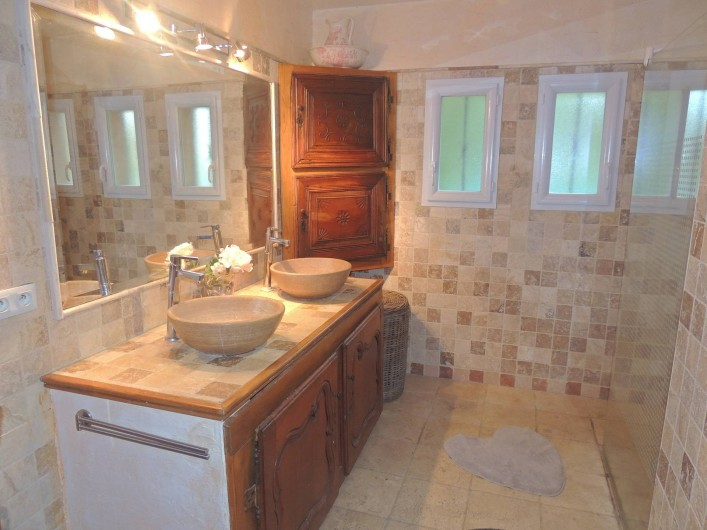 Location de vacances - Villa à Malves-en-Minervois - La première salle de bain , avec un wc et une grande douche à l'Italienne.