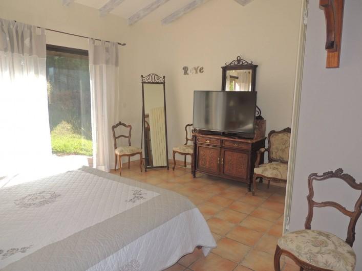 Location de vacances - Villa à Malves-en-Minervois - Grande chambre parentale avec un lit en 180 et la salle de bain bleue .